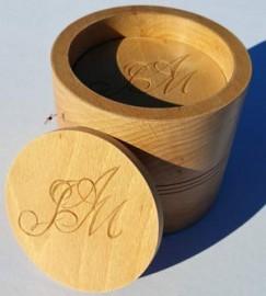 Initiales sculptées pour Noces de bois